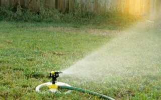 Ирригационная система или искусственный дождь в саду