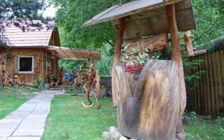 Скульптуры из веток деревьев и увядшие фрагменты корней