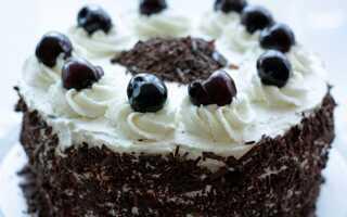 Торт со взбитыми сливками и пьяной вишней